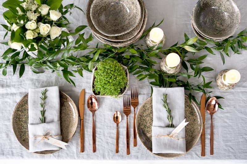 Decora tu mesa con velas y flores