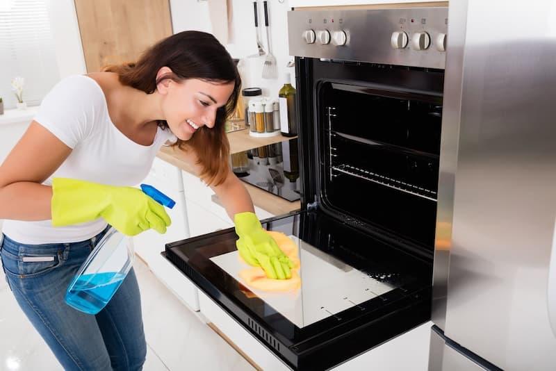 Limpia cocina según cocinando